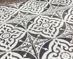 How To Stencil Your Patio Flags Concrete Slab Patio, Stencil Concrete, Patio Flooring, Back Garden Landscaping, Backyard Patio Designs, Garden Tiles, Garden Floor, Painting Tile Floors, Painting Concrete