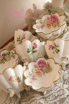 Pretty, pretty, pretty. Scalloped pink rose teacups with cute legs. :)