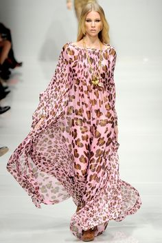 Blumarine Spring 2011 Ready-to-Wear Fashion Show Leopard Fashion, Animal Print Fashion, Pink Fashion, Fashion Prints, Love Fashion, Fashion Show, Fashion Looks, Womens Fashion, Fashion Design