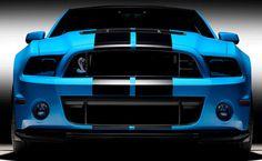 El nuevo Shelby GT500 establece un estándar de diseño basado en el rendimiento con nuevas rejillas frontales en su parrilla, un divisor mucho más agresivo, un sistema de escape superior, eje de transmisión con nueva fibra de carbono y llantas con rines de aluminio forjado. Un compresor de aire más grande, más eficiente que fluye mayor cantidad de aire a través del motor es fundamental para ayudar a producir los 662 caballos de fuerza.