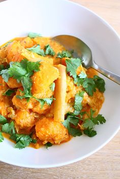 Zoete aardappelcurry met bloemkool - Francesca Kookt Easy Delicious Recipes, Yummy Food, Healthy Recipes, Healthy Food, Indian Food Recipes, Whole Food Recipes, Vegan Recepies, Allergy Free Recipes, Easy Food To Make