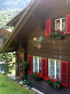 Nordic chalet with red shutters, flower boxes AND painted flowers! Exterior Colors, Exterior Paint, Exterior Design, Exterior Shutters, Chalet Switzerland, Style At Home, Bungalow, Swiss House, Swiss Cottage