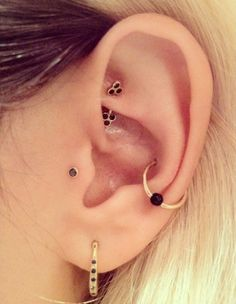 A tragus piercing is a very subtle form of body modification. Interested in the tragus piercing cost or process? Check out all the details here! Piercing Implant, Piercing Conch, Tattoo Und Piercing, Tragus Piercings, Body Piercings, Orbital Piercing, Snug Piercing, Tragus Stud, Rook Piercing Jewelry