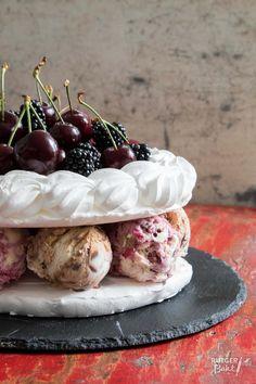 Met deze schuim ijstaart is het feest op tafel! Met zowel het fruit bovenop de ijstaart als het ijs tussen het knapperige schuim kun je volop variëren.