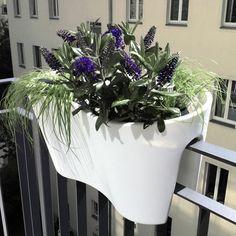 Designprodukte für den Balkon: balKonzept: Balkontisch/ Eckling: Geländertopf für Eckbalkone/ windowgreen: Fensterbank Blumenkasten / Steckling Geländertopf. Design: Michael Hilgers