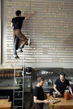 Dertien heeft een interieur met een industrieel tintje. Hoge plafonds, mooie design items en een open keuken met grote houtoven.Alle gerechten worden beschreven op een levensgroot letterbord boven de open keuken, een echte eyecatcher. Dertien kiest voor vrijheid en locale producten, en wisselt daarom regelmatig van menu.