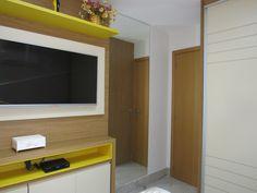 Vista de outro ângulo do quarto de hóspedes! Painel de tv com tom madeirado, amarelo e bege!