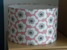 Abat-jour pour pied de lampe ou à suspendre fleurs blanches sur fond rose : Luminaires par anne-claude-c