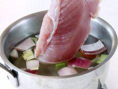 TACCHINO AROMATICO CON PUREA DI FAGIOLI NERI E BURRATA 2/5 - Pulite sedano, carota e cipolla. Divideteli a pezzi, metteteli in una casseruola, aggiungete 1 litro d'acqua e portate a ebollizione. Salate, abbassate la fiamma e fate bollire per 10 minuti. Aggiungete il petto di tacchino e continuate la cottura per 20 minuti a fuoco dolce senza far raggiungere l'ebollizione. #fileni #cucina #ricette #pollo #cooking #recipes