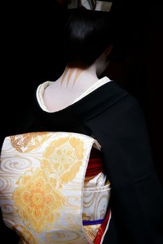 geisha-kai: Erikae of geiko Kofuku - her jet black kimono and golden obi by…