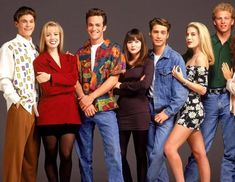 A gallery of Beverly Hills, 90210 publicity stills and other photos. Featuring Shannen Doherty, Luke Perry, Jason Priestley, Jennie Garth and others. Beverly Hills 90210, Winter Hipster, Jennie Garth, Shannen Doherty, Luke Perry, Spice Girls, 90210 Cast, 1990s Fashion Trends, 1990s Mens Fashion