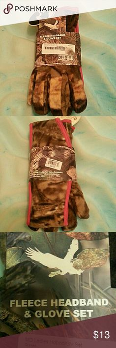 New Mossy Oak Camo fleece gloves and headband set New Mossy Oak Pink trimmed camo fleece gloves and headband/ear cover set. Mossy Oak Accessories Gloves & Mittens