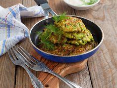 Všechny ingredience smícháme v míse. Na rozpálenou nepřilnavou pánev tvarujeme placičky a opékáme z každé strany 3 minuty. Placky můžeme podávat jako přílohu k masu nebo samostatně. Autorkou receptu je Barbora Hlubučková. Zucchini, Guacamole, Smoothie, Healthy Recipes, Easy Recipes, Healthy Food, Easy Meals, Food And Drink, Mexican