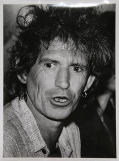 Keith Richards est un musicien, auteur-compositeur, guitariste britannique, cofondateur, en 1962, avec Mick Jagger, Brian Jones et Ian Stewart, du groupe de rock The Rolling Stones