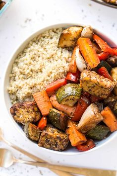 Meal prep made easy with these balsamic tempeh and roasted vegetable quinoa bowls! You just need one pan, 30 minutes and your lunches are done for the week!