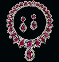 Thirty-one ruby drops fall upon a champagne-colored meadow. Created by Gianmaria Buccellati. Ruby Jewelry, Gems Jewelry, High Jewelry, Diamond Jewelry, Lotus Jewelry, Royal Jewelry, Gold Jewellery, Chocker Necklace, Bridal Necklace