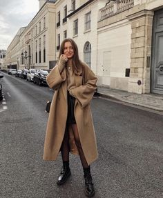 Camel Coat outfits are a modern classic, and the best way to stay warm, chic, sexy, and sophisticated this winter. Though Camel Coats has been a fashi. Camel Coat Outfit, Beige Outfit, Long Coat Outfit, Neutral Outfit, Fall Winter Outfits, Autumn Winter Fashion, Autumn Coat, Winter Ootd, Winter Shoes