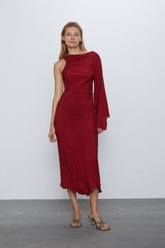 Round neck dress with one long sleeve. Elastic ruching detail at sides. Vestidos Zara, Zara Home Stores, Robes Midi, Zara United States, Mi Long, Zara Dresses, Zara Women, Summer Dresses, Formal Dresses