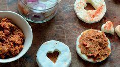 Nakládaný hermelín se sušenými rajčaty  Foto: Chutney, Hummus, Pesto, Cookies, Ethnic Recipes, Desserts, Food, Crack Crackers, Tailgate Desserts