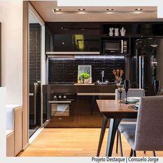 """""""All Black"""" integrada com a sala o destaque dessa cozinha é a geladeira retrô. Por Consuelo Jorge  Raul Fonseca Ad http://crwd.fr/2jEVu8E arqdecoracao arqdecoracao @arquiteturadecoracao @acstudio.arquitetura #arquiteturadecoracao #olioliteam #canalolioli #instagrambrasil #decor #arquitetura #adcozinha #cozinha #kitchen"""