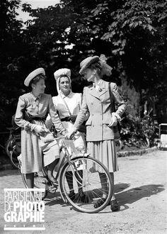 Guerre 1939-1945. Concours d'élégance à bicyclette. Paris, juin 1942.