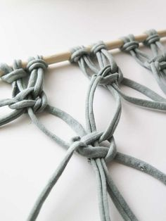 DIY: Create your own macramé wallcovering - Stek Woon & Lifestyle Magazine - Step 6 tapestry macrame - Bohemian Lifestyle, Handmade Christmas Gifts, Band, Business Fashion, Free Pattern, Diy And Crafts, Diys, How To Make, Wall Hangings