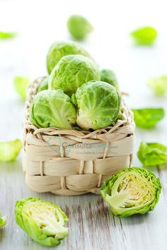 ¿Sabíais que las personas con tratamientos con anticoagulantes hay verduras que deben evitar? Entre ellas están las espinacas, acelgas, lechuga, coles, repollo o brécol. Se debe a que son muy ricas en vitamina K, un coagulante natural.