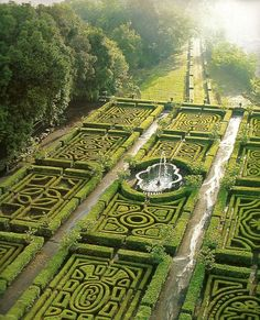 Magnificence de la géométrie des jardins à la française. / Ruspoli castle, Lazio, Italy, / Château de Ruspoli, Lazio, Italie.