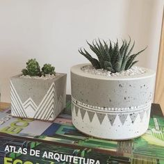 40 Suprising DIY Cement Projects Design Ideas – artmyideas – Keep up with the times. Cement Art, Concrete Crafts, Concrete Projects, Cement Design, Painted Plant Pots, Painted Flower Pots, Diy Concrete Planters, Diy Planters, Diy Projects List