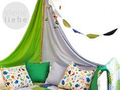 ~~~~~~~Ich Tarzan, du Jane!~~~~~~~  Vorbei sind die Zeiten der langweiligen Betthimmel.  Mit diesem Bettsegel verwandelt sich das Kinderzimmer im handumdrehen in einen Dschungel.    Die beiden Segel sind in den Farben hellblau und hellgrün gehalten. Sie sind 130cm und 110 cm lang und passen somit an normale Kinderbetten.