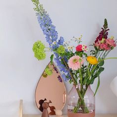Een vaas met bloemen, een spiegeltje, twee 'Draajs', een lamp: meer heeft de toffe trolley van @dertigzes niet nodig om je huiskamer op te fleuren. Las je ons blog al? Doen hoor! Fijne inspiratie en heerlijke plaatjes. Liefs!