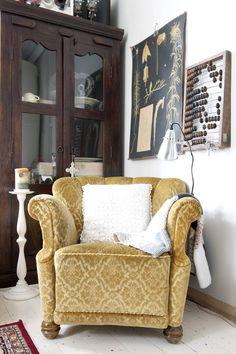 Vanha nojatuoli löytyi Viialan kirpputorilta. Kaappi on ostettu Ideaparkissa aikoinaan toimineesta huonekalu-liikkeestä. Seinällä on Ebba Masalinen maalaama karhun-sammalkasvitaulu sekä koristeena helmitaulu.