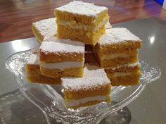 Dolci prima del Tiggì ANNA MORONI:TORTINE SOFFICI - Dolci prima del tiggì.Per la torta:  250 g di zucchero al velo 250 g di burro morbido 150 g di farina 150 g di fecola 6 tuorli d'uovo 2 uova intere 2 limoni grattugiati 1 bustina di vaniglia in polvere 10 g di lievito per dolci  Per la farcitura:  200 g di panna 2 cucchiaini di miele Zucchero a velo per decorare  Procedimento:  Tagliare il burro a pezzetti e montarlo benissimo a crema con le fruste. quindi, aggiungere pian piano lo zucchero…