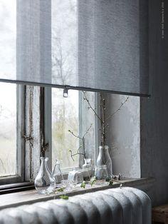 Rullgardinen SKOGSKLÖVER låter ett behagligt ljus sila in i sovrummet och ger fönstret karaktär.