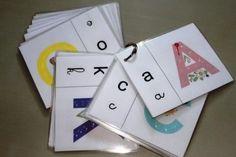 C'est un alphabet tactile : quelques gouttes de colle jalonnent le chemin de la lettre