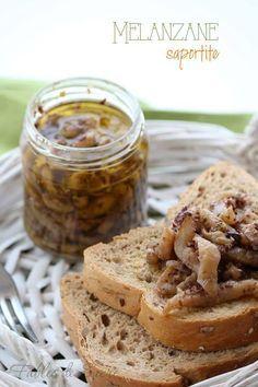 Melanzane saporite sott'olio, ideali per l'aperitivo, sui crostini, in un panino. Si conservano per lungo tempo, potrete gustarle anche in inverno.