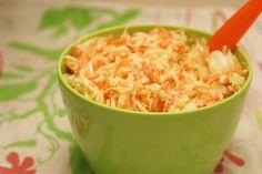 J'aime bien cette version de coleslaw même pas gras ni calorique (ce n'est pas exactement identique au coleslaw mayonnaise au kilo, faut pas...