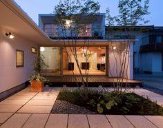 アウトドア事例:中庭越しにリビングを見る2(平屋のコートハウス)