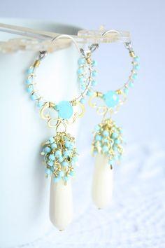 wire wrapped earrings - Orecchini a cerchi azzurri, orecchini con perline, chandelier pastello, grappolo azzurro, Susy De Marchi Jewelry