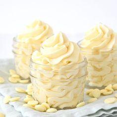 Deze witte chocolade botercrème is een heerlijke taartvulling die eenvoudig te maken is. Hij is zo lekker dat je er iedere taart en ander soort gebak lekker mee maakt.