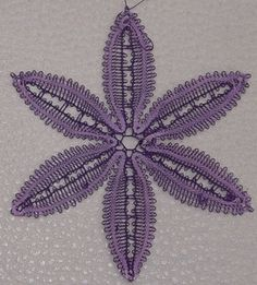 belle fleur en dentelle aux fuseaux avec fils très fins