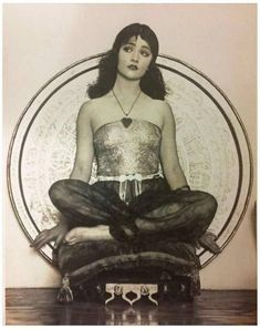 Vamps and Flappers Experimental photographer William Mortensen took this photo of silent film actress Betty Compton in Artsy Photos, Old Photos, Vintage Photographs, Vintage Photos, Vintage Films, Poses, White Image, Silent Film, Pose Reference