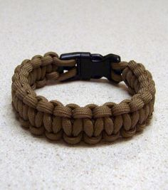 "We all know the importance of having paracord as part of our Every Day Carry and Bug Out Bag. Paracord is strong (can hold up to in weight) and versatile. The ""real"" paracord as u… Diy Collier, Paracord Projects, Paracord Ideas, 550 Paracord, Paracord Bracelets, Survival Bracelets, Hemp Bracelets, Emergency Bracelet, Parachute Cord Bracelets"