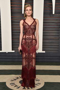 Diane Kruger, lo que mas me gusta y me sorprende de este vestido, es que aun con toda la pedrería, encajes, transparencias y flecos, aun si se percibe sexi y y debido a las rayas hace enfatizar sus curvas #meencato.