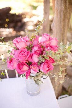 Llamativos pimpollos de rosa, para quienes prefieren los colores fuertes. Los centros de mesa florales más románticos para bodas. Imágenes: Style Me Pretty.