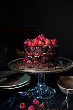 Bolo de fudge de chocolate amargo com framboesas | Dark chocolate fudge and raspberry cake.