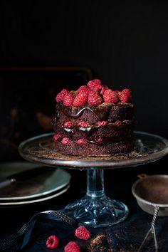 Bolo de fudge de chocolate amargo com framboesas | Dark chocolate fudge and raspberry cake.