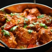 How to make Chicken Jalfrezi . Easy and simple Chicken Jalfrezi Recipe. This zesty chicken curry has its origins in India and Pakistan. Chicken Karahi, Chicken Masala, Chicken Curry, Chettinad Chicken, Chicken Tikka, Tandoori Chicken, Vindaloo, South African Recipes, Indian Food Recipes