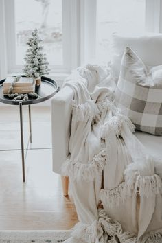 Holiday Modern Farmhouse Walk Through . How I styled our modern farmhouse for Christmas, it doesn't have to be expensive. Shabby Chic Homes, Shabby Chic Style, Shabby Chic Decor, Modern Farmhouse, Farmhouse Decor, Farmhouse Style, Photo Deco, Decoration Inspiration, Decor Ideas