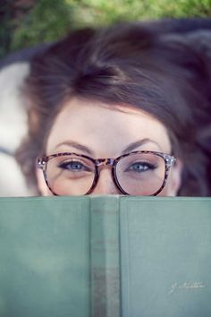 Senior Picture Ideas for Girls | Senior pictures girl - Reader pose - book - smart